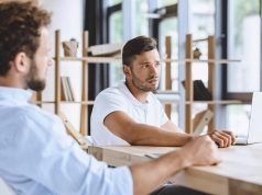 réunion-en-entreprise-pour-trouver-des-solutions-pour-manager-sur-le-long-terme